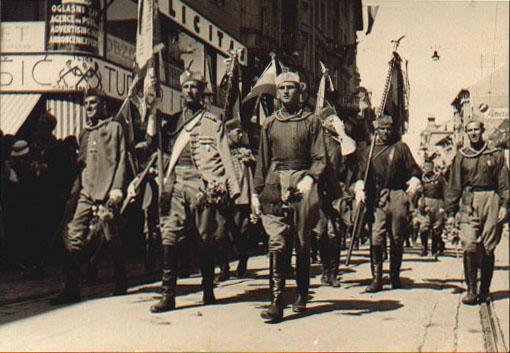 А.А.Зоц впереди с флагом