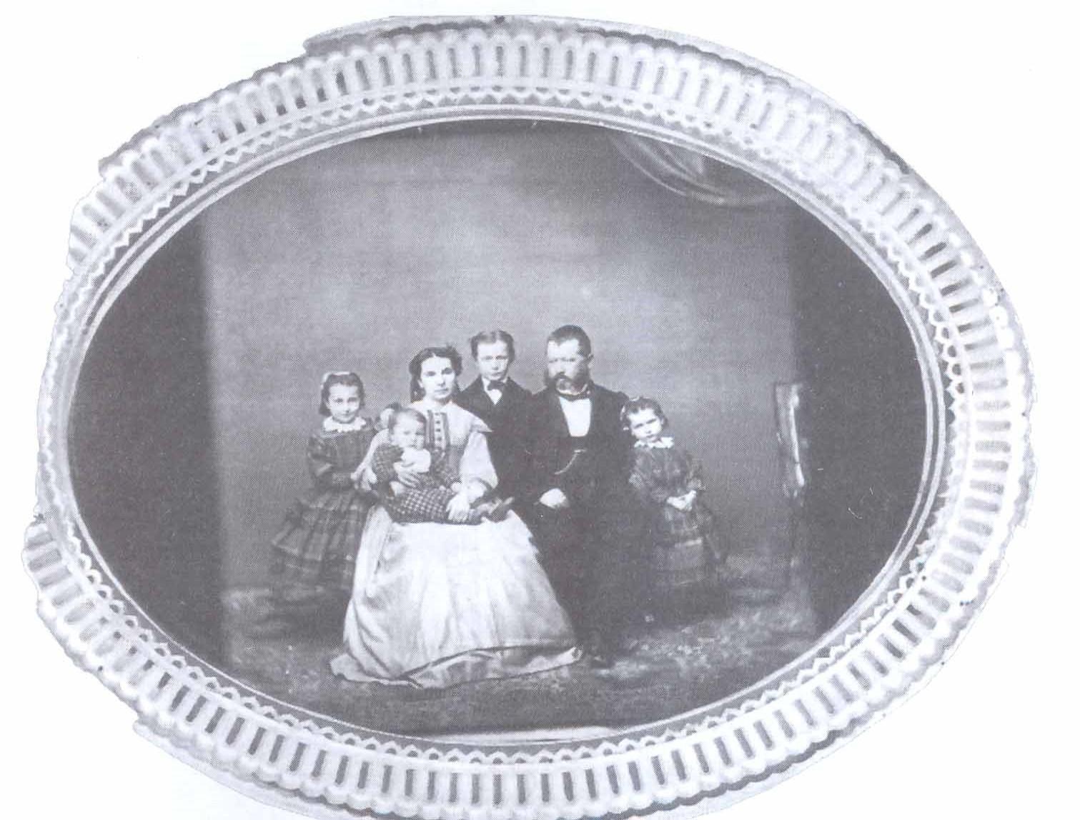 1.Porodica Papokostopulos,  dr Platon kao dete u krilu majke