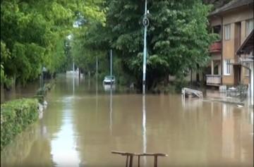 Поплавњена улица  у којој је средња школа