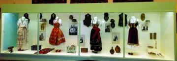 Витрина са ношњама Сомборског музеја