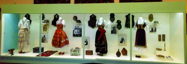 Vitrina sa nošnjama Somborskog muzeja