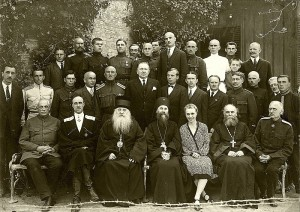 Генерал Врангел са супругом Олгом, руским свештеницима и војним посланством у Југославији у априлу 1927. године (Фото: Википедија)