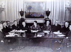 Слободан Јовановић, лево од краља Петра II, на седници Владе у Лондону 1942. године (Извор: Википедија)