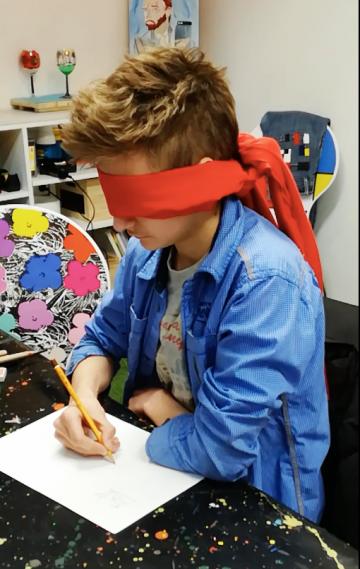 Дечак Синиша Матијевић ствара уметничка дела са повезом на очима
