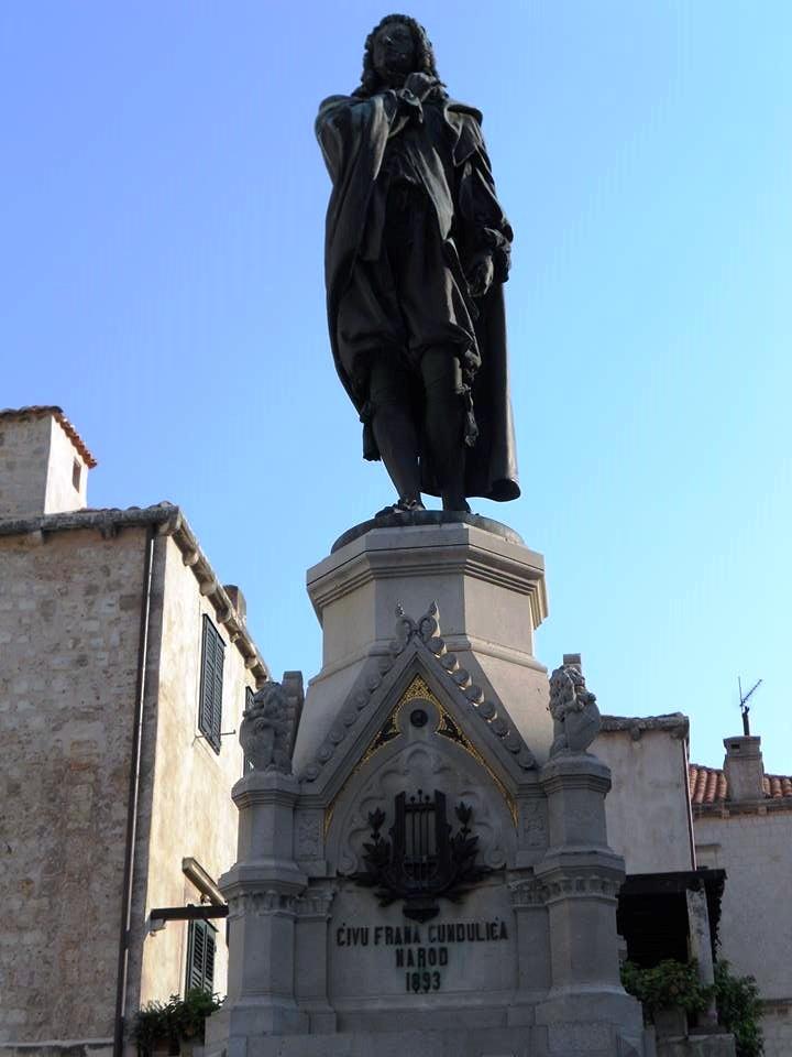 Споменик Ивану Гундулићу откривен 1893. године, за чије подизање је стизао прилог из Београда, о чему су писале Новине српске 19. септембра 1892. године