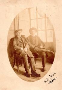 Милутин Ускоковић са братом Драгутином у Лезену (Швајцарска) 1910. године (Фото: Архив Народне библиотеке Ужице)