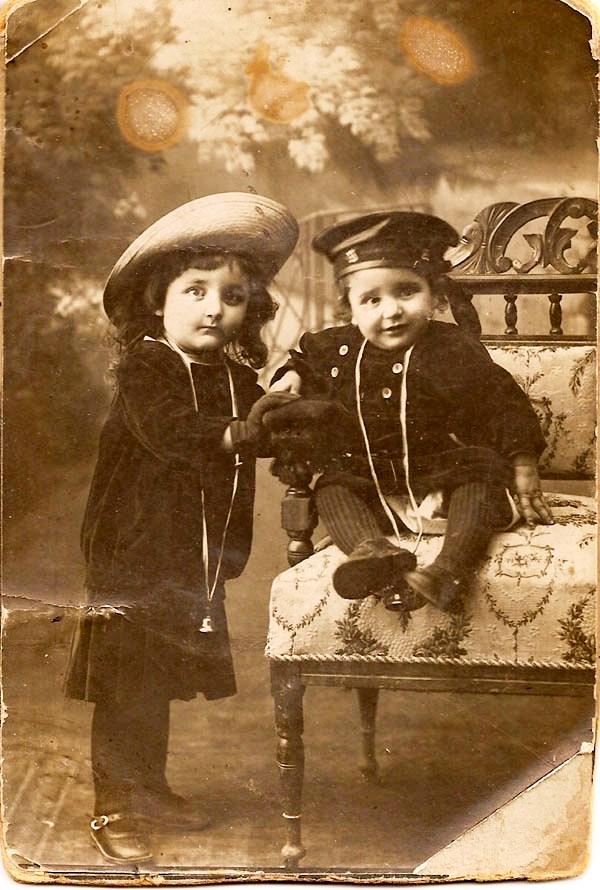 """Disova deca Gordana i Mutimir 1916, """"Zavičajne kolekcije Čačkaˮ, pristupljeno 26. maj 2018, http://www.cacak-dis.rs/zavicajne-kolekcije/items/show/24."""
