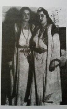 Конова старија кћи Елвира (десно) са пријатељицом