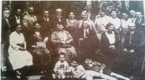 Фамилија Геце Кона у дворишту његове виле у Толстојевој 33 у Београду, коју је после Другог светског рата држава национализовала