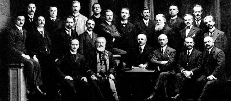 Етнографско-историјска секција на Мировној конференцији у Париз. (Академик Никола Радојчић у првом реду горе, шести с лева).