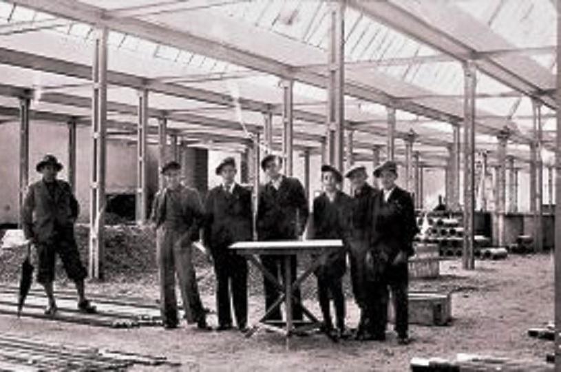 Постављање металне конструкције за нову фабрику 1937 г.