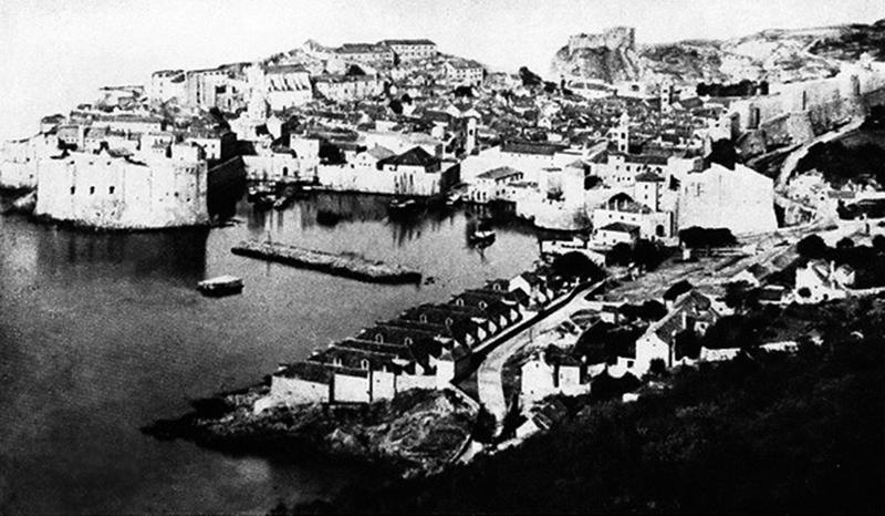 Dubrovnik iz sredine 19. veka (IZVOR: https://sr.wikipedia.org/wiki/%D0%94%D0%B0%D1%82%D0%BE%D1%82%D0%B5%D0%BA%D0%B0:Fotografija_Dubrovnika_nastala_pre_1873._godine.jpg)