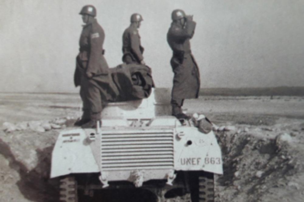 Na brdu El sabaha sa vozila osmatraju vojnici: (sleva nadesno) Đorđe Vojnović, Franc Dandek i Arsenije Gajević (mart 1959). Suecka kriza je rešena tako što je uspostavljena prva mirovna misija Ujedinjenih nacija UNEF. Plavi šlemovi su bili razmešteni u regionu Sinaja i razdvajali izraelsku od egipatske vojske a jugoslovenskih vojnika je bilo najviše.