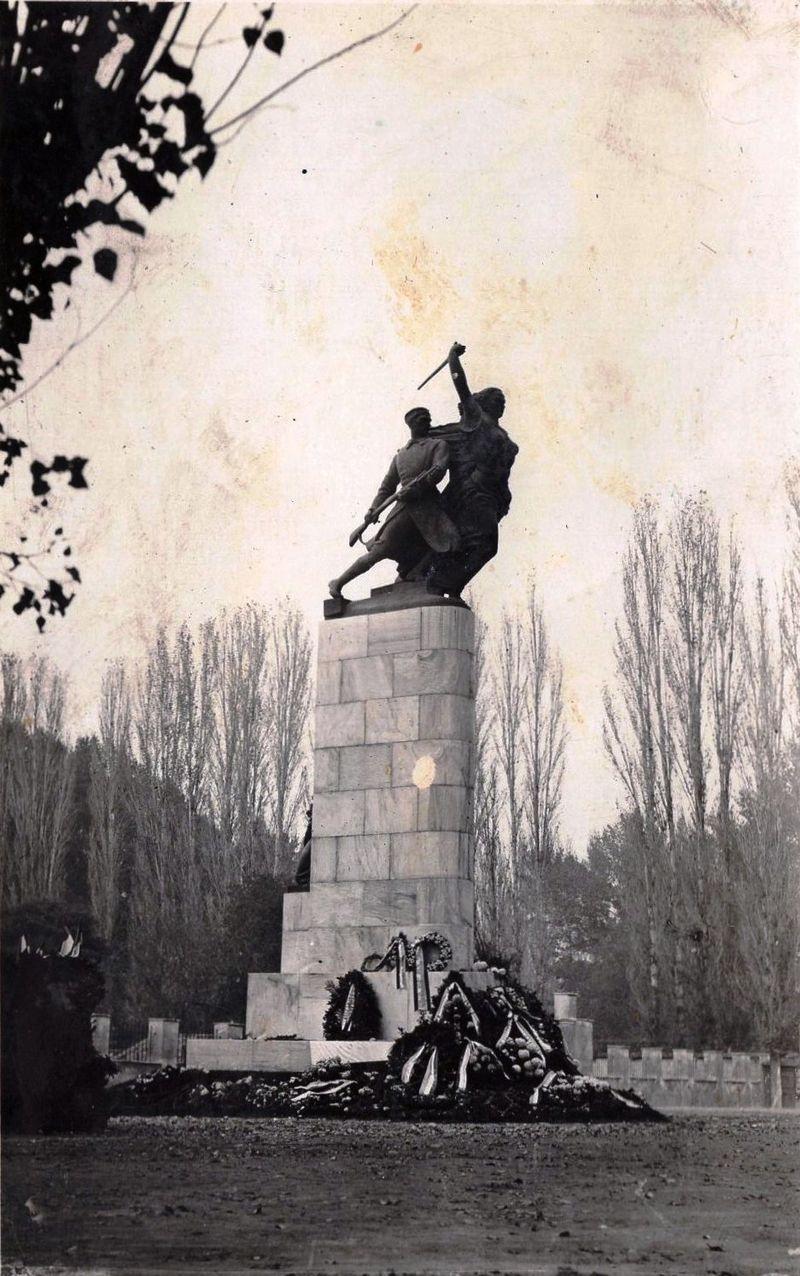 Skopje,_spomenik_na_ucenici_vojnici